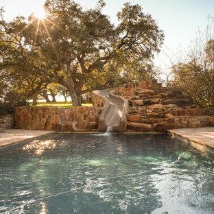Неиссякаемый источник вдохновения для домашнего уюта: прямоугольный бассейн в стиле рустика с водной горкой