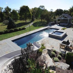 Modelo de piscina con tobogán alargada, contemporánea, grande, rectangular, en patio trasero