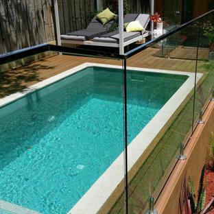 Esempio di una piscina fuori terra costiera rettangolare di medie dimensioni e dietro casa con pedane