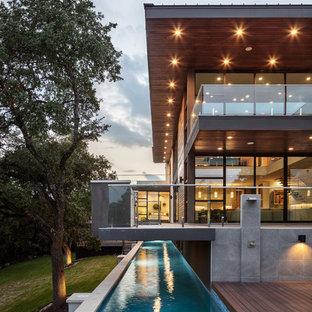 Imagen de piscina alargada, contemporánea, en forma de L, con entablado