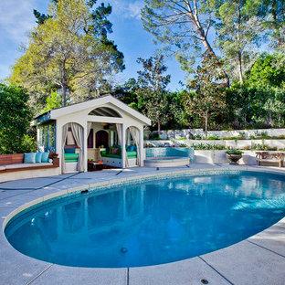 Foto di una piscina contemporanea rotonda con una dépendance a bordo piscina