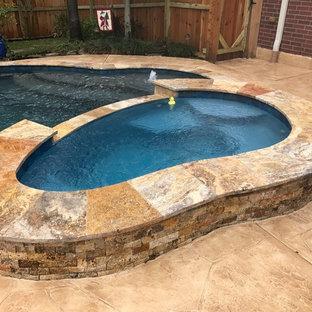 Diseño de piscinas y jacuzzis naturales, tradicionales renovados, de tamaño medio, a medida, en patio trasero, con suelo de hormigón estampado