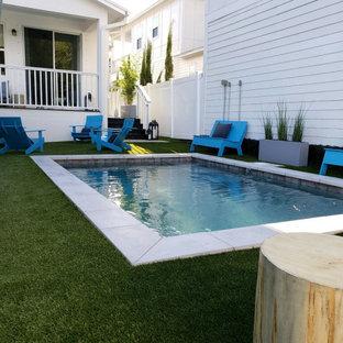 Diseño de piscina contemporánea, pequeña, rectangular, en patio trasero
