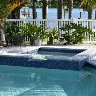 Imagen de piscinas y jacuzzis contemporáneos, de tamaño medio, a medida, en patio trasero, con adoquines de ladrillo