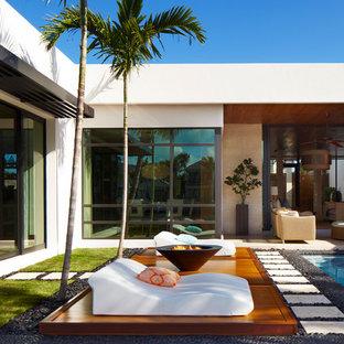 Удачное сочетание для дизайна помещения: бассейн на заднем дворе в современном стиле - самое интересное для вас