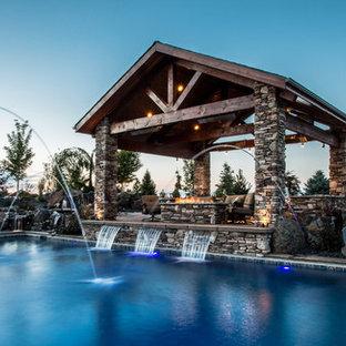 На фото: прямоугольный бассейн среднего размера на заднем дворе в стиле рустика с водной горкой и мощением тротуарной плиткой