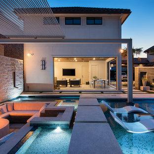 ダラスの巨大な長方形モダンスタイルのおしゃれな裏庭プールの写真