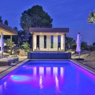 Cette photo montre un très grand couloir de nage arrière tendance rectangle avec un bain bouillonnant et une dalle de béton.