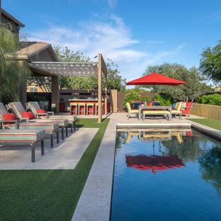 Foto på en mellanstor funkis pool på baksidan av huset, med kakelplattor