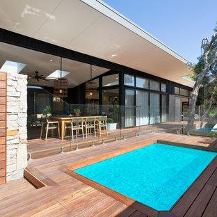 Ispirazione per una grande piscina monocorsia contemporanea rettangolare davanti casa con pedane