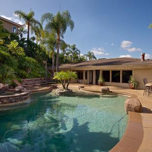 Diseño de piscina con tobogán natural, vintage, de tamaño medio, a medida, en patio trasero
