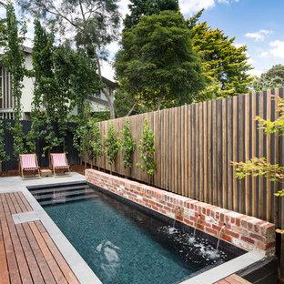 Ejemplo de piscina con fuente alargada, contemporánea, pequeña, rectangular, en patio, con entablado
