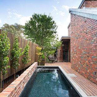Ispirazione per una piccola piscina minimal rettangolare con fontane e pedane
