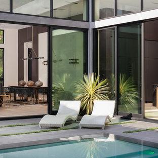 ロサンゼルスの長方形コンテンポラリースタイルのおしゃれなプール (タイル敷き) の写真