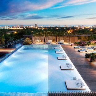 Ispirazione per una grande piscina monocorsia moderna personalizzata sul tetto con un acquascivolo e pedane