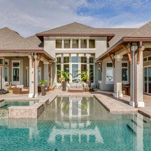 Idées déco pour une piscine bord de mer.