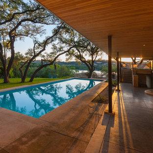 Inspiration pour un couloir de nage arrière vintage rectangle et de taille moyenne avec une dalle de béton.