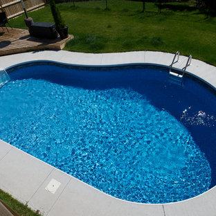 Modelo de piscinas y jacuzzis minimalistas, pequeños, en patio trasero, con losas de hormigón