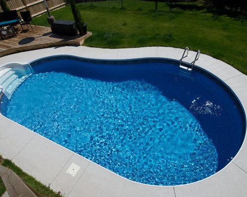 modelo de piscinas y jacuzzis pequeos en patio trasero con losas de