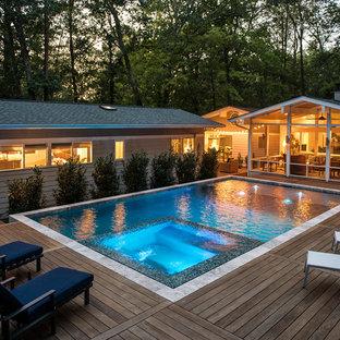 Ejemplo de piscinas y jacuzzis actuales, rectangulares, en patio lateral, con entablado