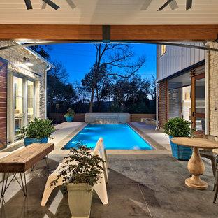 Cette image montre un grand couloir de nage arrière traditionnel rectangle avec un point d'eau et du béton estampé.