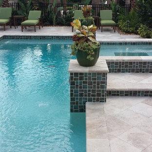 Foto de piscina alargada, mediterránea, de tamaño medio, a medida, en patio trasero, con adoquines de piedra natural