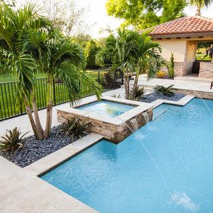 Diseño de piscinas y jacuzzis naturales, contemporáneos, de tamaño medio, rectangulares, en patio trasero, con adoquines de piedra natural