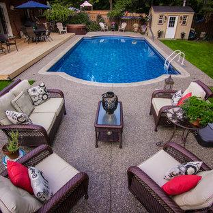 Diseño de casa de la piscina y piscina natural, actual, de tamaño medio, a medida, en patio trasero, con gravilla