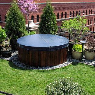 Modelo de casa de la piscina y piscina moderna, grande, redondeada, en azotea, con losas de hormigón