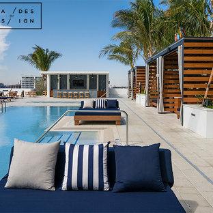 Foto de casa de la piscina y piscina natural, moderna, grande, en forma de L, en azotea, con adoquines de ladrillo