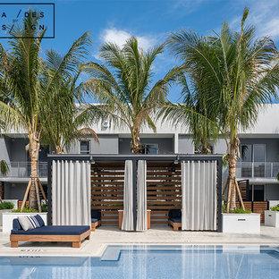 Ejemplo de casa de la piscina y piscina natural, moderna, grande, en forma de L, en azotea, con adoquines de ladrillo