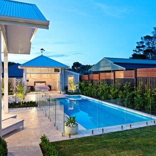 Foto de piscinas y jacuzzis marineros, grandes, rectangulares, en patio trasero, con adoquines de piedra natural