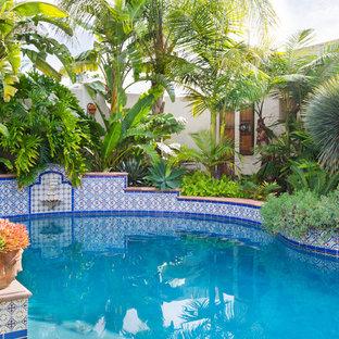 Diseño de piscinas y jacuzzis alargados, mediterráneos, de tamaño medio, rectangulares, en patio trasero, con adoquines de hormigón
