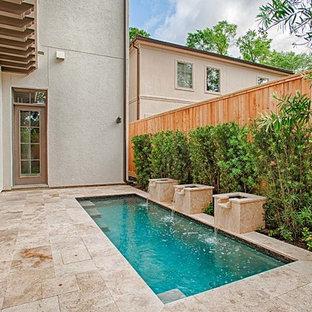 Ejemplo de piscina con fuente contemporánea, pequeña, rectangular, en patio trasero, con adoquines de piedra natural