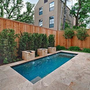 Kleiner Moderner Pool hinter dem Haus in rechteckiger Form mit Wasserspiel und Natursteinplatten in Houston
