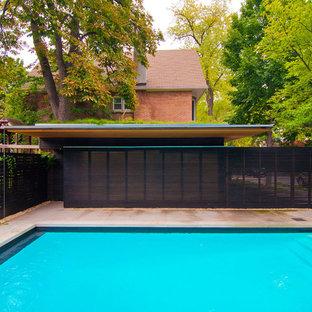 Ispirazione per una piscina moderna rettangolare di medie dimensioni e dietro casa con pavimentazioni in pietra naturale