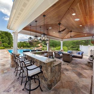 Diseño de casa de la piscina y piscina clásica renovada, de tamaño medio, en patio trasero, con adoquines de piedra natural