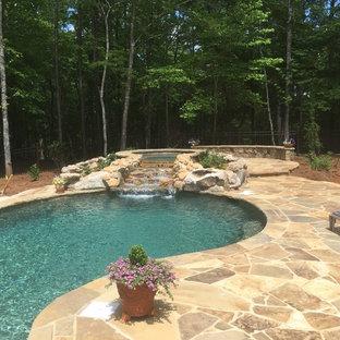 Modelo de piscinas y jacuzzis naturales, rústicos, de tamaño medio, a medida, en patio trasero, con adoquines de piedra natural