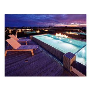 Modelo de casa de la piscina y piscina infinita, actual, de tamaño medio, rectangular, en azotea, con entablado
