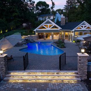 Idées déco pour des abris de piscine et pool houses arrière craftsman sur mesure.