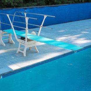 Imagen de casa de la piscina y piscina urbana, extra grande, a medida, en patio, con losas de hormigón