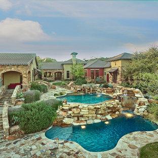 Diseño de piscinas y jacuzzis naturales, rurales, grandes, a medida, en patio trasero, con adoquines de piedra natural