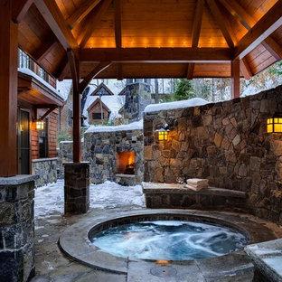 Aménagement d'une piscine montagne avec un bain bouillonnant.