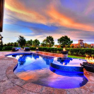 Modelo de piscinas y jacuzzis alargados, rústicos, grandes, a medida, en patio trasero, con adoquines de piedra natural