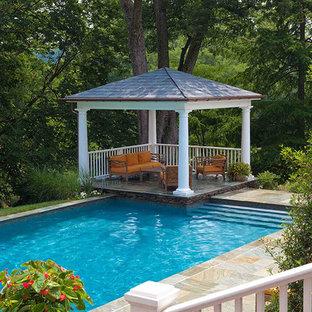 Diseño de casa de la piscina y piscina alargada, clásica renovada, de tamaño medio, rectangular, en patio trasero, con adoquines de piedra natural