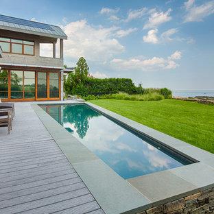 Idee per una grande piscina monocorsia contemporanea personalizzata dietro casa con pedane