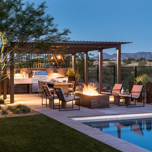 Immagine di una piscina american style rettangolare di medie dimensioni e dietro casa con pavimentazioni in cemento