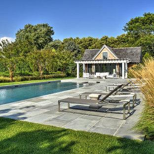 Foto de casa de la piscina y piscina alargada, costera, rectangular, en patio trasero