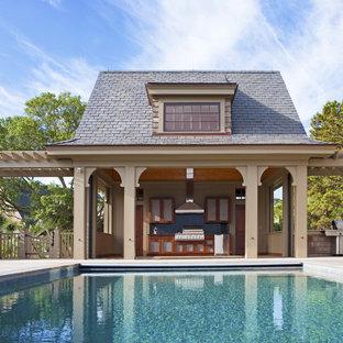チャールストンのヴィクトリアン調のおしゃれなプールハウス (デッキ材舗装) の写真
