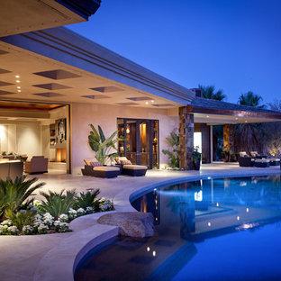 Kolonialstil Pool hinter dem Haus in individueller Form in San Diego